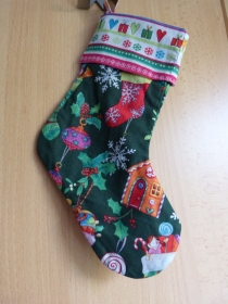 einfacher handgenähter Stiefel als Geschenkverpackung zur Weihnachtszeit bunt  - Handarbeit kaufen