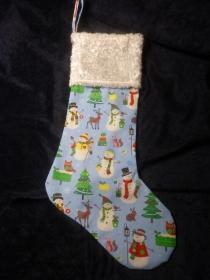 einfacher handgenähter Stiefel mit lustigen Schneemännern als Geschenkverpackung zur Weihnachtszeit