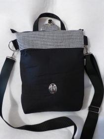 größere Umhängetasche mit Reißverschluss und Steckverschluß schwarz / weiß