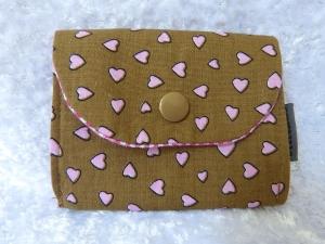 kleine Geldbörse aus Baumwollstoff mit Reißverschlussfach braun mit rosa Herzen