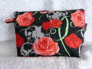 Kulturtasche Baumwollstoff  genäht - Rote Rosen und Totenkopf - Handarbeit kaufen