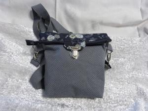 Kleine Umhängetasche mit Reißverschluss und Steckverschluß grau Blumen - Handarbeit kaufen