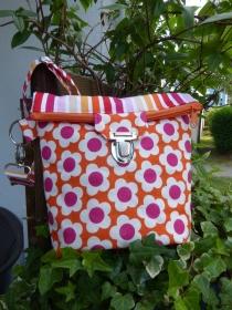 Kleine Umhängetasche mit Reißverschluss und Steckverschluß in rot und orangen Farben mit einfachen Blümchen - Handarbeit kaufen