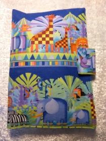 Handgefertigte kleine Windeltasche für Unterwegs aus Baumwollstoff - blautöne mit wilden Tieren - Handarbeit kaufen