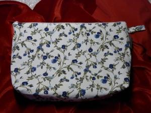 Kulturtasche Baumwollstoff  genäht -weiß mit blauen Rosen - Handarbeit kaufen