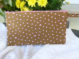 Einfache Stiftemäppchen aus Baumwollstoff in braun mit rosa Herzen - Handarbeit kaufen