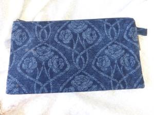 Einfache Stiftemäppchen aus Baumwollstoff in einem dunklen Blau mit Rosenmuster - Handarbeit kaufen