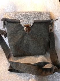Kleine Umhängetasche mit Reißverschluss und Steckverschluß grau dunkel