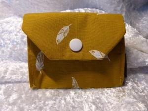 kleine Geldbörse aus Stoff mit Reißverschlussfach - senfgelb mit weißen Federn - Handarbeit kaufen