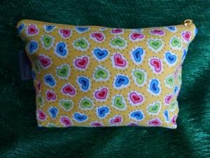 Kleine Kosmetiktasche aus Baumwollstoff gelb mit bunten Herzen - Handarbeit kaufen