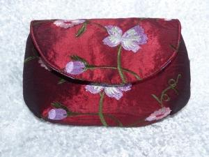 Weinrotes Allzwecktäschchen / Clutch aus Satinstoff mit Magnetverschluß und aufgestickten Blumen - Handarbeit kaufen