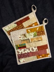 Topflappen in braun und beige  -  Patchwork aus Baumwollstoffen mit Thermolan - Handarbeit kaufen