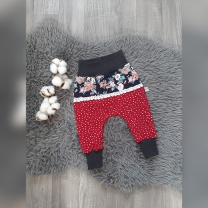 Pumphose / Mitwachshose / Babyhose Gr 68 - Jersey Punkte rot mit Blumen und Spitze - Handarbeit kaufen