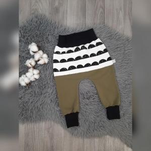 Pumphose / Mitwachshose / Babyhose Gr44-92  - Sweat Khaki mit Ruffles weiß/schwarz  - Handarbeit kaufen