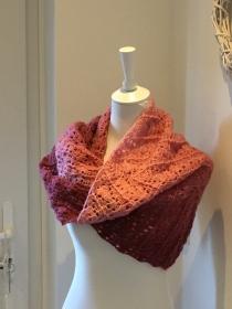 Dreiecktuch, Schal, kuschelig weich gehäkelt mit Farbverlauf rosa bis bordeaux