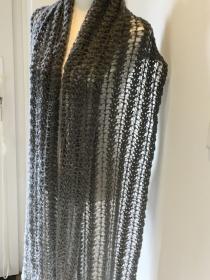 Ein Schal oder als Stola für besondere Anlässe im Farbverlauf hell bis dunkelgrau - Handarbeit kaufen