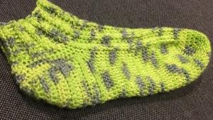 Socken mit Rippenmuster in grün meliert gehäkelt Gr. 38/39 - Handarbeit kaufen