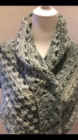 Schultertuch, Schal , Dreiecktuch für den Winter in grau gehäkelt - Handarbeit kaufen