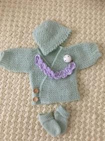 Erstlings-Set Babyjacke, Babymütze und Babysocken aus Merinowolle in lindgrün Größe 50/56 - Handarbeit kaufen