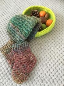 Baby-Mütze mit Socken im Set aus Wolle gehäkelt - Handarbeit kaufen