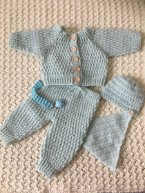 Das erste Baby-Set bestehend aus Jäckchen, Hose, Tuch und Mützchen in Größe 56 - Handarbeit kaufen