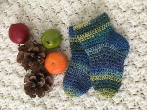 Baby-Socken gehäkelt in der Größe 6 bis 9 Monate - Handarbeit kaufen
