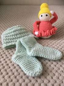 Babymütze und die passenden Socken dazu aus Merinowolle - Handarbeit kaufen