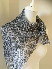 Ein Retro - Schal gehäkel  in schwarz weiß unbedingt jetzt zugreifen aus 100% Baumwolle - Handarbeit kaufen