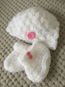 Zur Taufe natürlich in weiß, die Mütze mit den passenden Schühchen für 0 - 3 Monate - Handarbeit kaufen