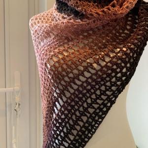 Das große Tuch für den Herbst in trendiger Farbe gehäkelt
