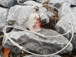 perlmuttfarbener Anhänger mit Eidechse, Rindlederband und Schiebeknoten  - Handarbeit kaufen