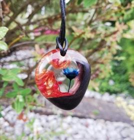 Kettenanhänger mit dunklem Holz, bronzefarbenen Farbschlieren und einer blauen Blüte - Handarbeit kaufen