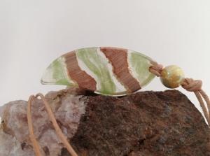 Kettenanhänger mit Kirschholz und hellgrünen Farbeinschlüssen - Handarbeit kaufen