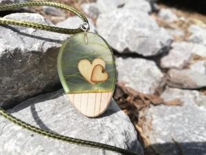 Kettenanhänger mit zwei kleinen Herzen und Holzanteil in grün - Handarbeit kaufen