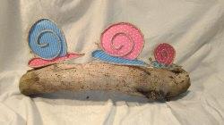handgefertigte, bunte Dekoschneckenfamilie aus Papier. Unikat