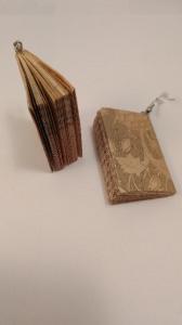 handgefertigte, braune Ohrhänger ind Form eines Buches aus Papier