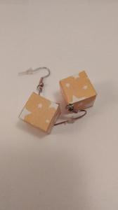 handgefertigte Ohrrhänger in Würfelform, mit Sternen aus Papier