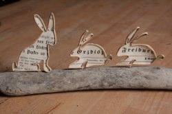 handgefetigte Hasenfamilie aus Papier auf Holz, Unikat