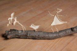 handgefertigte Dekoszene mit Vögeln und Figur aus Papier auf Holz
