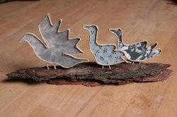 handgearbeitete Gänsefamilie aus Papier auf Holz