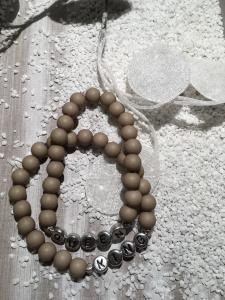 Handgemachte Perlenarmbänder mit Buchstaben