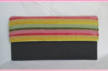 Kleine flache Clutch in Schwarz und Regenbogenfarben