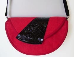 Umhängetasche aus rotem Leinen mit schwarzer Lederapplikation