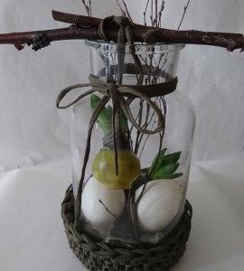 Osterlich dekoriertes Glas mit Naturmaterial