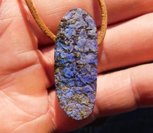 Sehr schöner blauer Boulder Opal Anhänger oberfläche naturbelassen poliert - Handarbeit kaufen