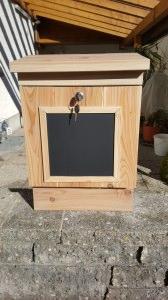 Holzbriefkasten Memo mit Zeitungsrolle aus Lärchenholz
