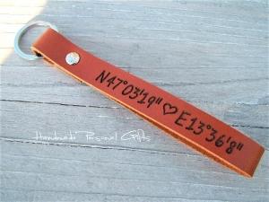 Schlüsselanhänger aus Leder, Vollständig anpassbar mit Koordinaten, Namen oder kleinen Text, Herz, Valentinstag - Handarbeit kaufen