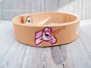 Armband aus Leder mit Einhorn, individualisierbar und in unterschiedliche Farben erhältlich, Namen, Namensarmband - Handarbeit kaufen