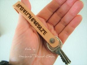 Schlüsselanhänger aus Leder, Vollständig anpassbar mit Koordinaten, Namen oder kleinen Text  - Handarbeit kaufen