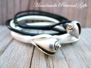 Anpassbares Armband Leder, Muschel, Muschelarmband, wrap, Schwarz. Weiss, Ibiza Schmuck, Wickelarmband, einzigartig, benützerdefinierbar - Handarbeit kaufen